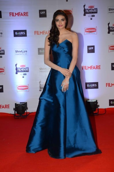 Athiya Shetty in Yoube Jewellery & Monisha Jaising at Britannia Filmfare Awards 2016.