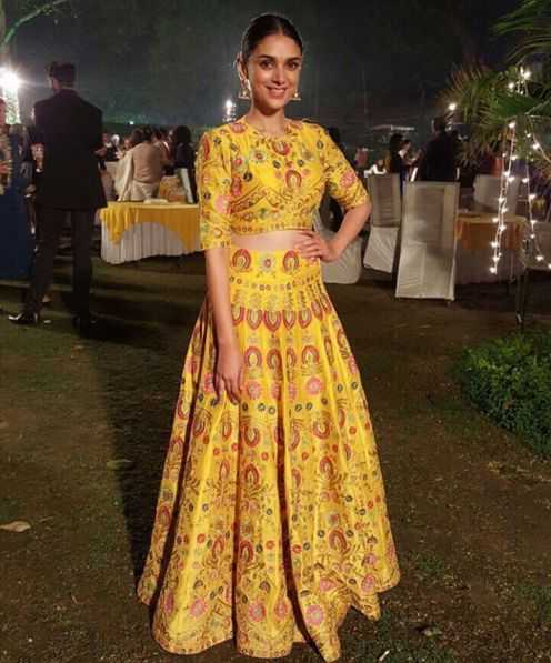 How beautful is this pretty crop top with skirt? Source - thedelhibride.com